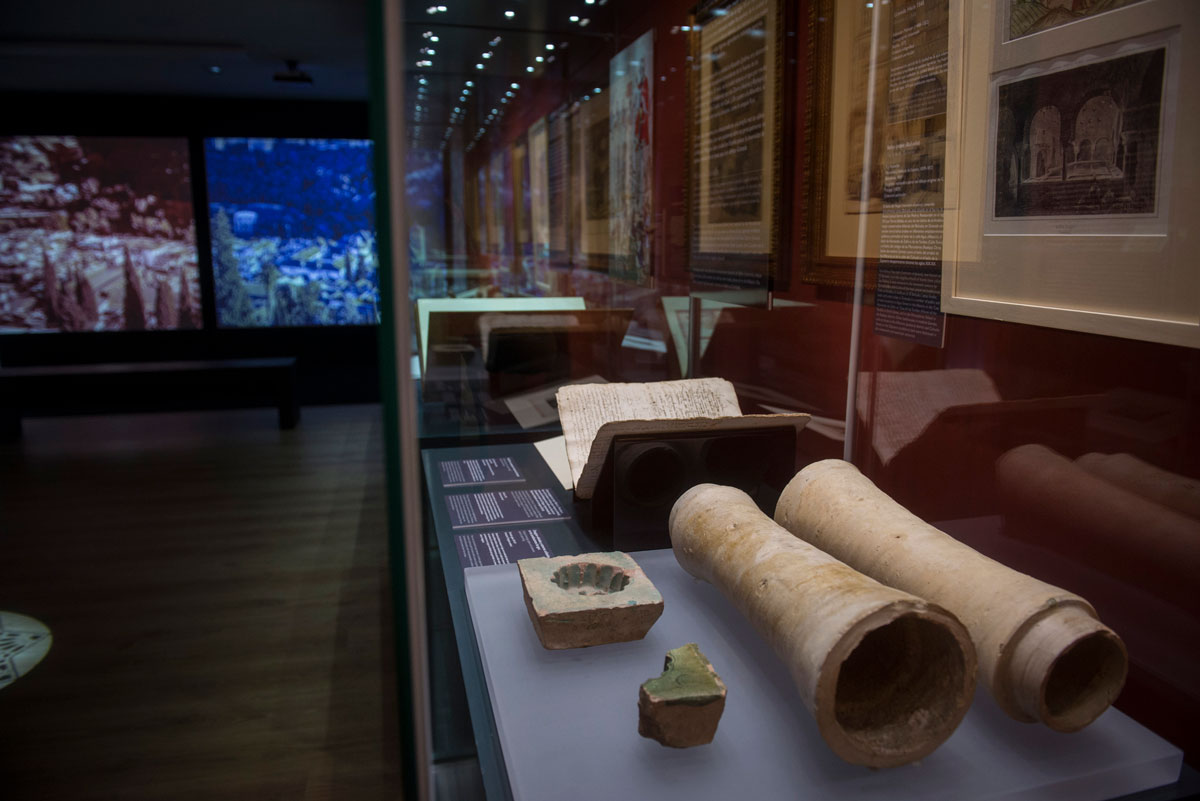 In the foreground, glazed pottery drainpipes and pipes used for water conduction. 14-15th centuries. Photo: JM. Grimaldi