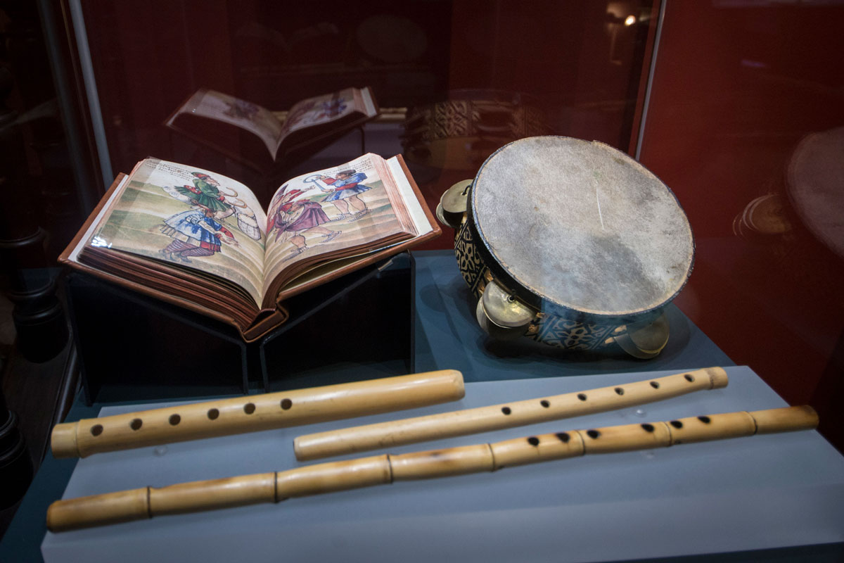 """""""Nays"""" (cane flutes) and a tambourine, typical musical instruments in al-Andalus along with the """"ud"""" (lute). Photo: JM. Grimaldi"""
