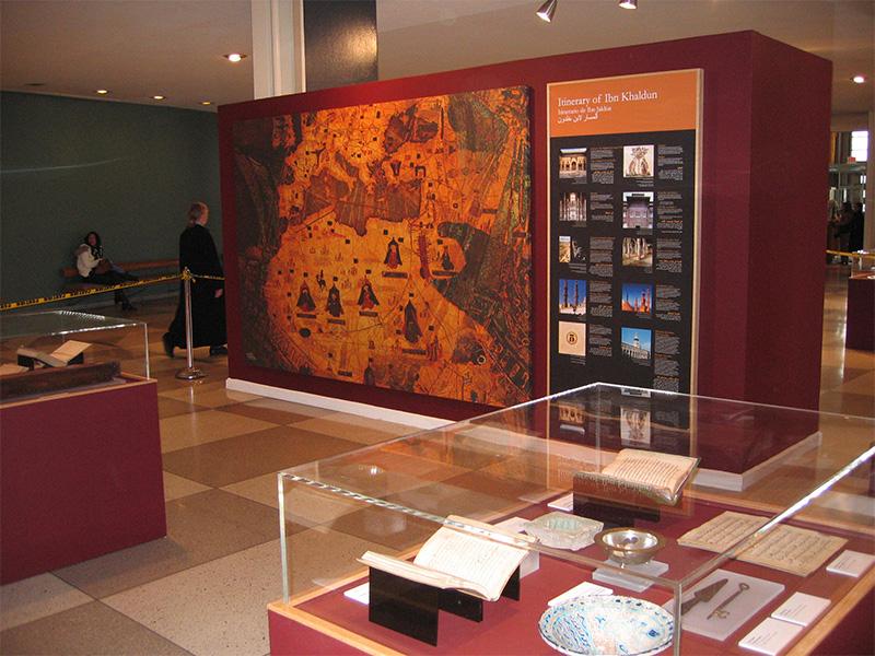 Vitrinas y piezas en la Exposición Encounter of Civilizations: Ibn Khaldun en la Sede de las Naciones Unidas en Nueva York.