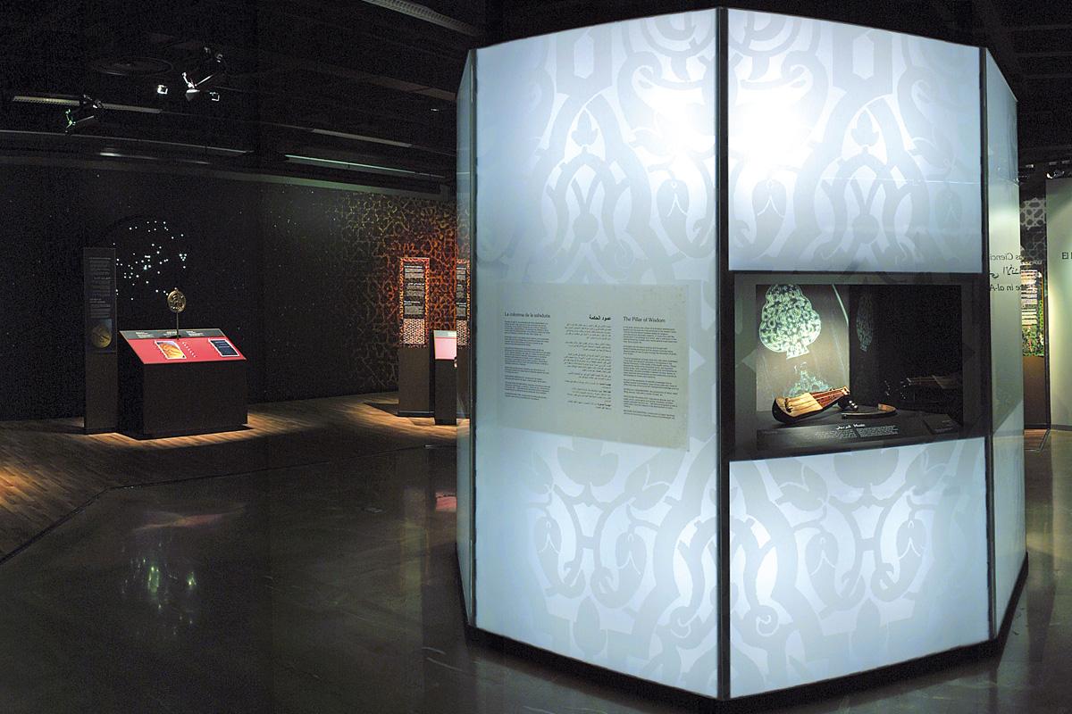 """Montaje expositivo denominado """"Columna de la sabiduría"""" dedicado a materias como la música, el papel o la tecnología militar."""