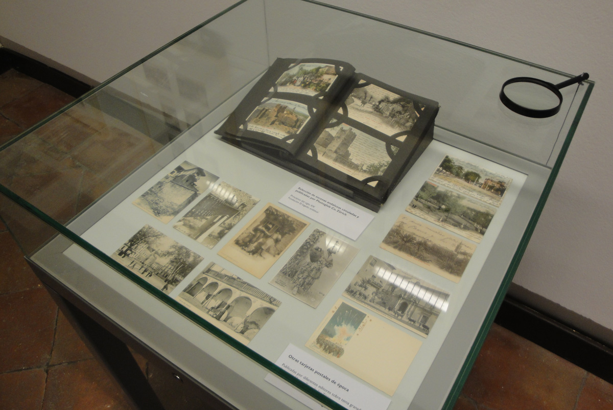 Postcards on Andalusia by the beginning of 20th century on display in one of the exhibition showcases .