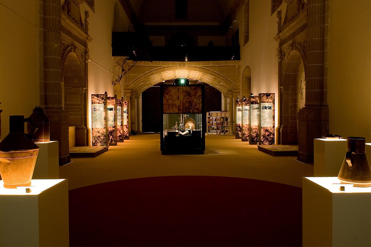 Vista de la sala en la Exposición Tierras del Olivo. De la Edad Media al siglo XX en la sede de Baeza.