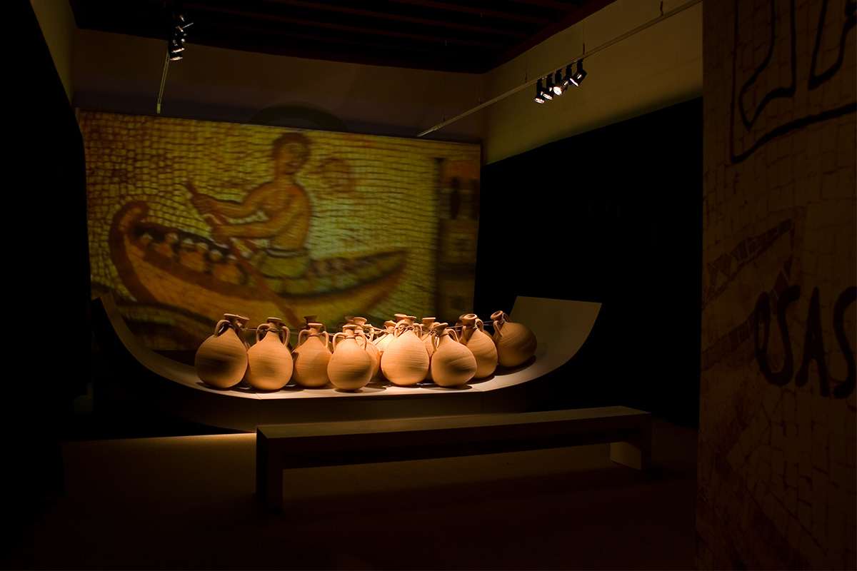 In Úbeda the room recreated the ships that used to transport the olive oil in times of the Roman Empire. Many amphorae presided over the room and in the background there was a recreation of Monte Testaccio (Rome), the place where the oil amphorae accumulated when arriving at the destination.
