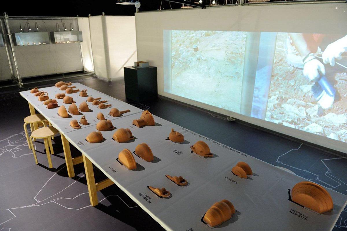 Montaje expositivo didáctico que facilita la comprensión de la clasificación y tipología de la cerámica califal.