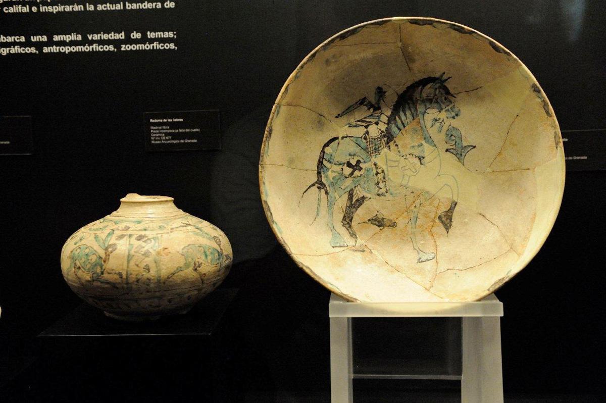 A la izquierda Redoma de las liebres del siglo X (vasija de fondo ancho que va estrechándose hacia la boca) y Zafa con caballo (siglo X) ambas piezas encontradas en el yacimiento arqueológico de Madinat Ilbira