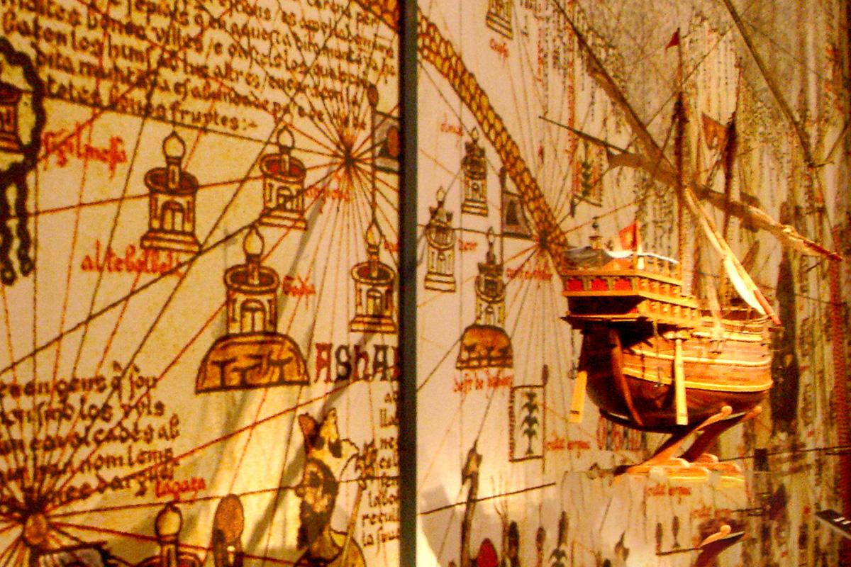 Detalle de la muestra ubicada en la planta alta del Cuarto del Almirante, Real Alcázar de Sevilla.
