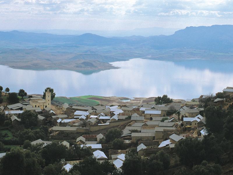 ©Henry Kneuer. Pequeño pueblo en el Rif, con el pantano Idriss I.