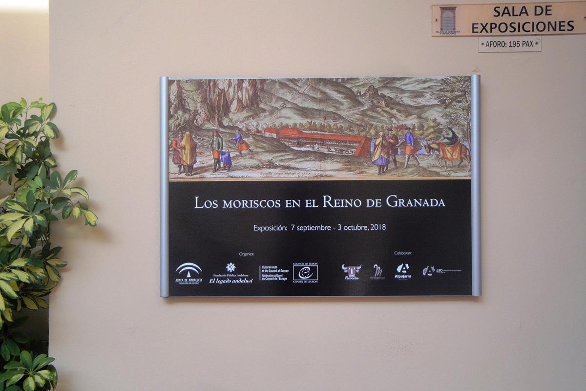Panel de entrada y cartel de la exposición Los moriscos en el Reino de Granada. Ronda, Málaga.