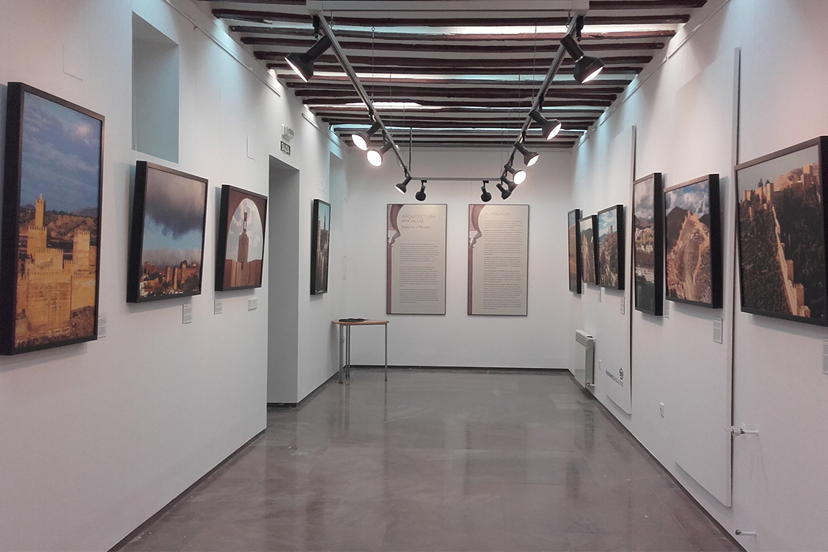 """Exhibition """"Architecture of al-Andalus. Spaces and visions"""". Alcalá la Real (Jaén), Museum of the Episcopal Palace. In the foreground on the left, a photograph of the Fortress of Guadix."""