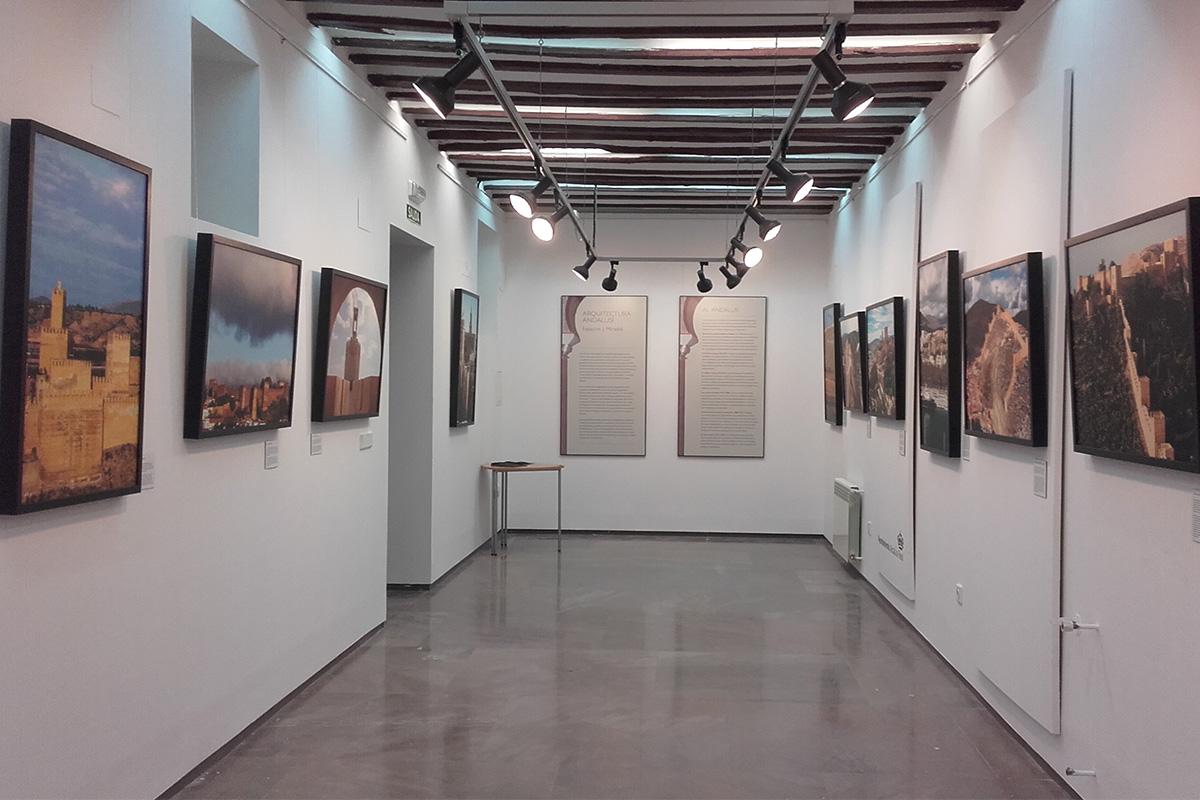 Exposición Arquitectura andalusí. Espacios y miradas. Alcalá la Real, Museo Palacio Abacial. En primer término, a la izquierda, fotografía de la Alcazaba de Guadix.