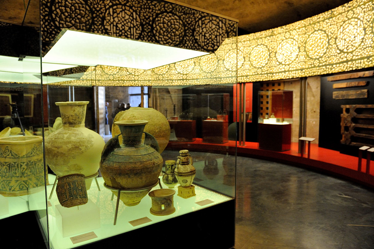 Exhibition space around a central showcase containing pottery objects (12-13th centuries). Photo: JM. Grimaldi