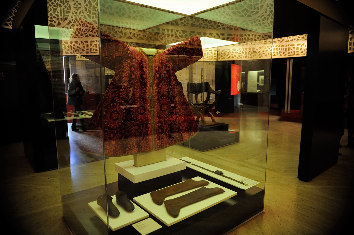 "Haik or tunic belonging to Boabdil, made in silk, metallic thread and linen. Also on display were his high leggings and slippers or ""rihiyya"" (Granada, 1482-1483). Photo: JM. Grimaldi."