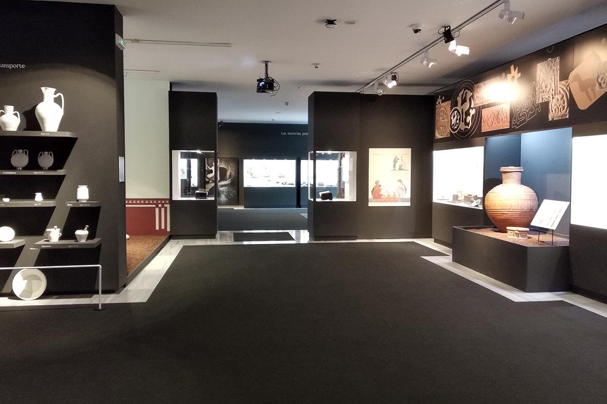A la derecha, en primer plano, tinaja estampillada almohade procedente de Almería (Museo de Almería).