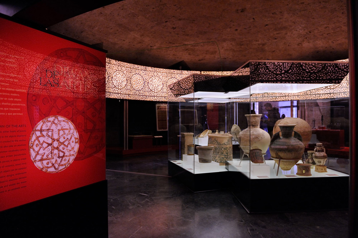 Exhibition space around a central showcase containing ceramic objects (12-13th century). In the foreground, glazed stamped large jar on its support and a jar's neck with stamped decoration. Photo: JM. Grimaldi.