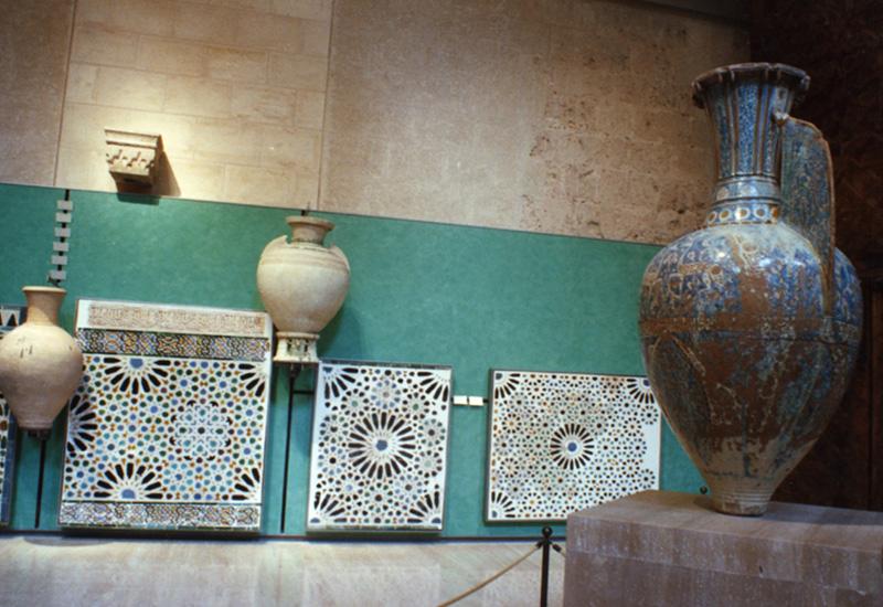 En primer término Jarrón de las Gacelas, (siglo XIV), esta pieza es la representación cumbre de la cerámica medieval española y por ello una de las obras maestras de la cerámica universal.