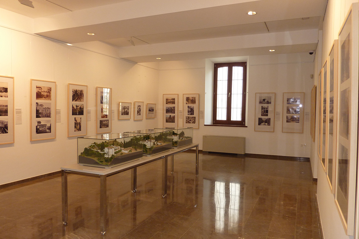"Exhibition ""Paradises in the Ancient South"". Historical Botanical Garden of La Concepción, Málaga. In the foreground, scale model showing the evolution of the Generalife gardens."
