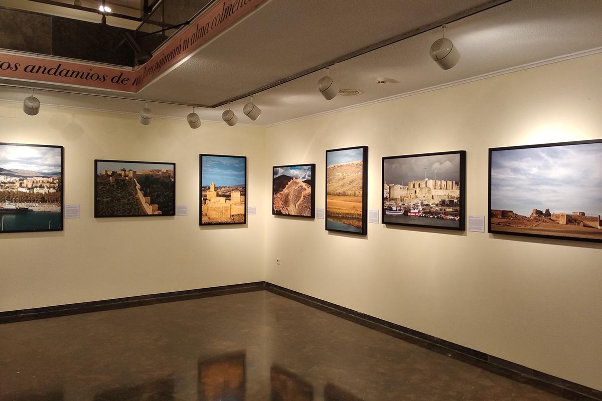 Exposición Arquitectura andalusí. Espacios y miradas. Orihuela. Las fotografías que aparecen de izquierda a derecha: Málaga, Almería, Guadix, Albarracín, Gormaz, Tarifa y Calatrava.