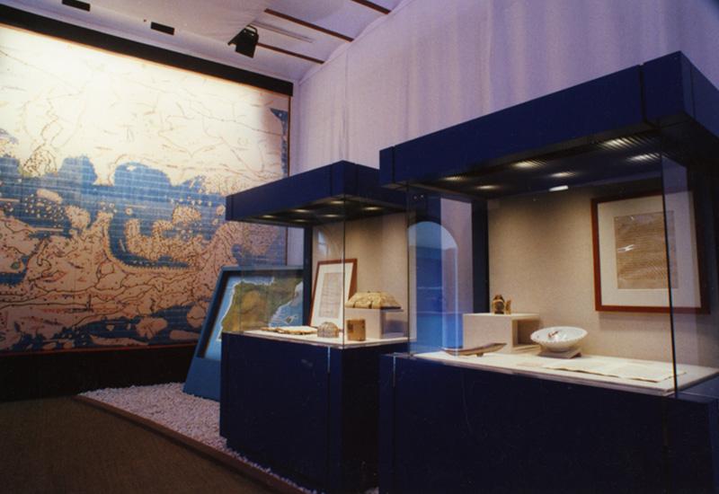 """Sala de la Exposición """"Al-Andalus y el Mediterráneo"""". Entre las piezas expuestas Bote de marfil hispanoárabe del siglo XII."""