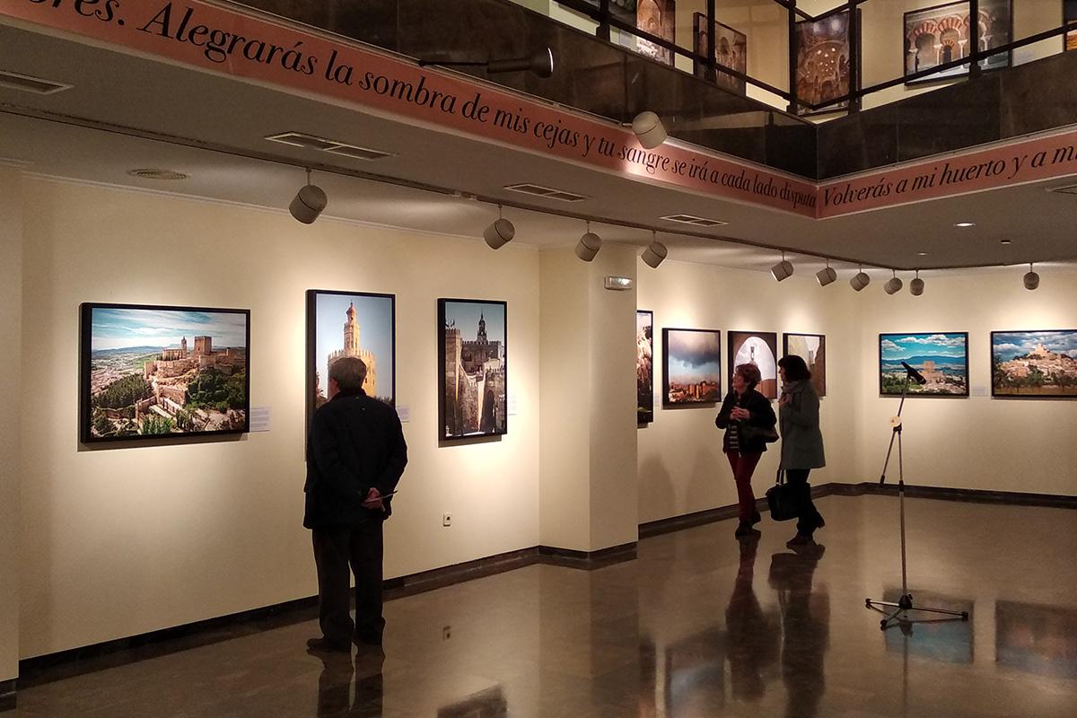 Exposición Arquitectura andalusí. Espacios y miradas. Orihuela. A la izquierda, fotografía de la Fortaleza de la Mota en Alcalá la Real, Jaén.
