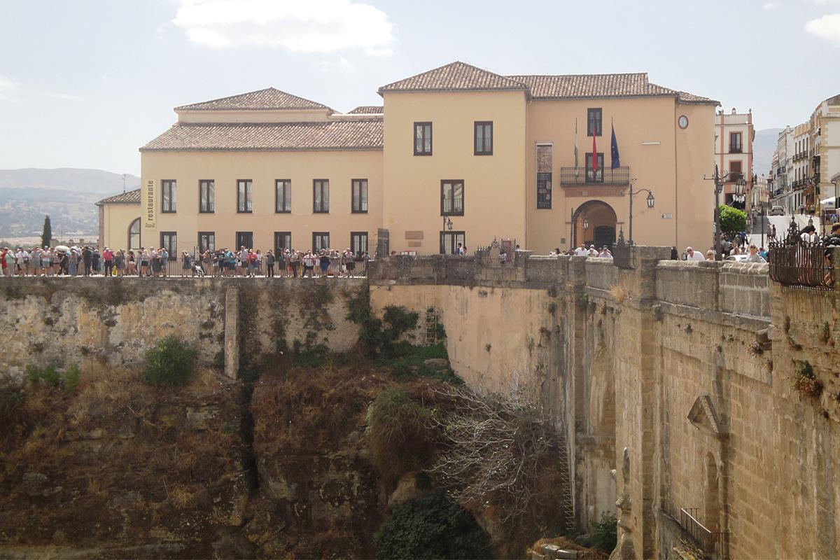 Vista exterior de la sede de la muestra en el Palacio de Congresos y Exposiciones de Ronda, ubicado junto al Puente Nuevo.