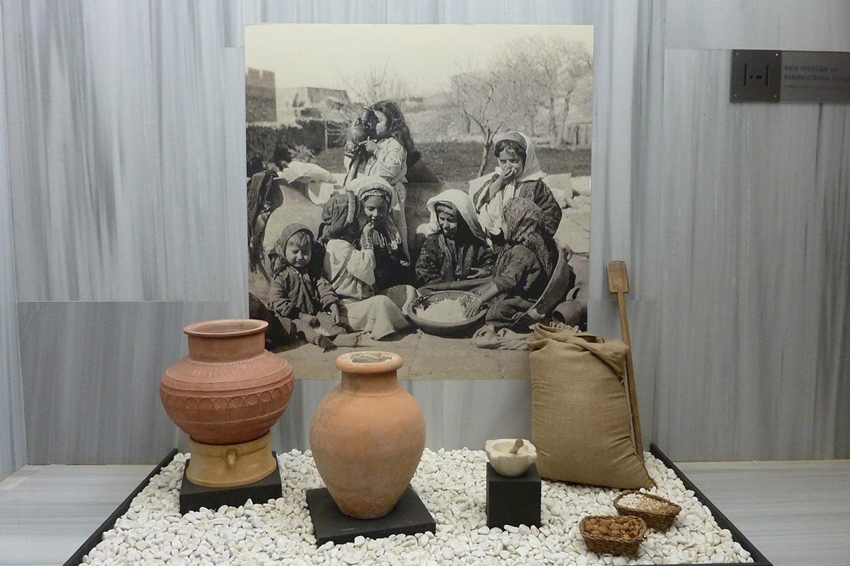 Introducción a la exposición: ingredientes, útiles de almacenamiento y reproducción de fotografía antigua de niños comiendo en el mundo árabe.