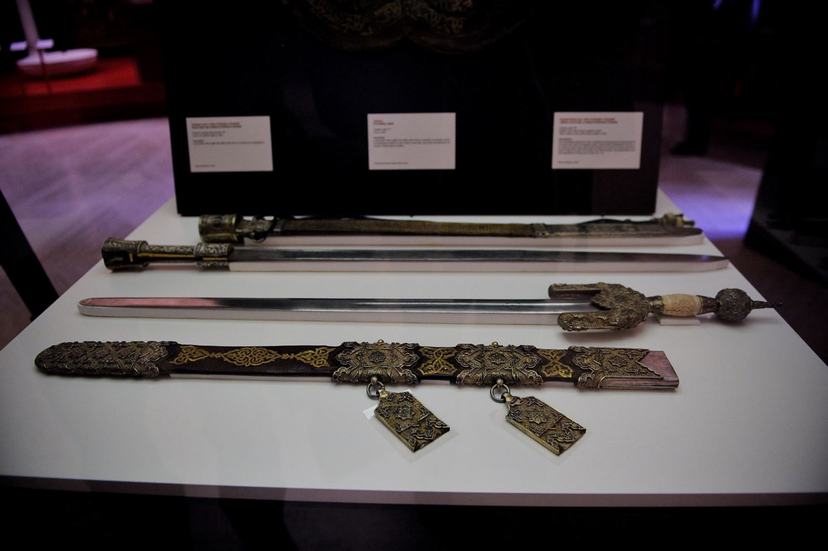 "In the foreground, ""jineta"" sword with scabbard and royal rapier with scabbard, both weapons attributed to Boabdil. Army Museum, Toledo. Photo: JM. Grimaldi."
