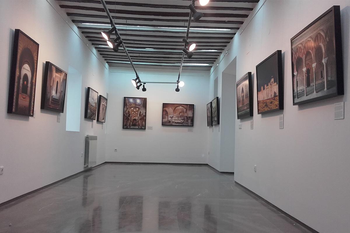 Vista general sala en el Museo Palacio Abacial en Alcalá Real, Jaén. Exposición Arquitectura andalusí. Espacios y miradas.