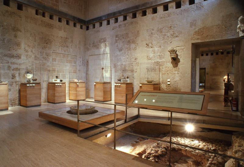 Espacio expositivo en la exhibición El arte islámico de Granada. Propuesta para un Museo de la Alhambra. Museo de la Alhambra, Granada.
