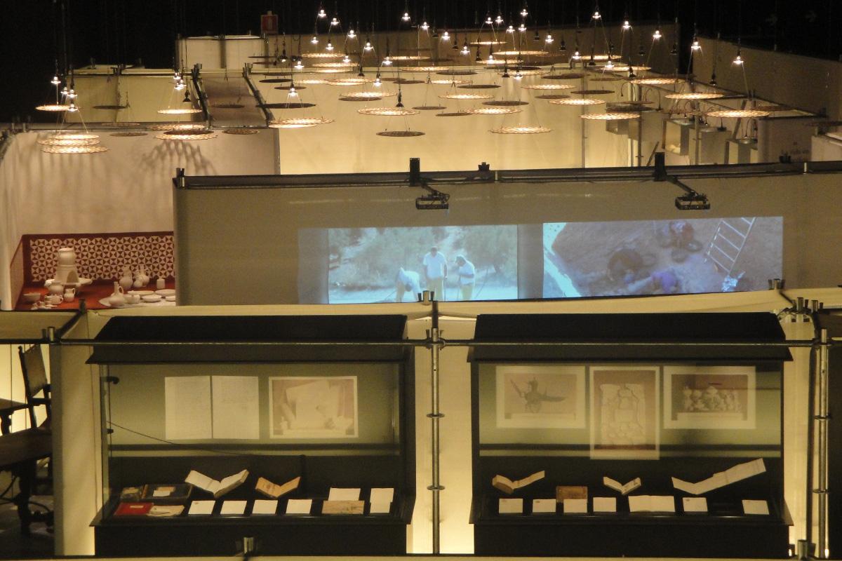 Vista desde arriba de la Exposición Mil años de Madinat Ilbira. Al fondo, colgadas, colección reproducciones lamparas de platillo.