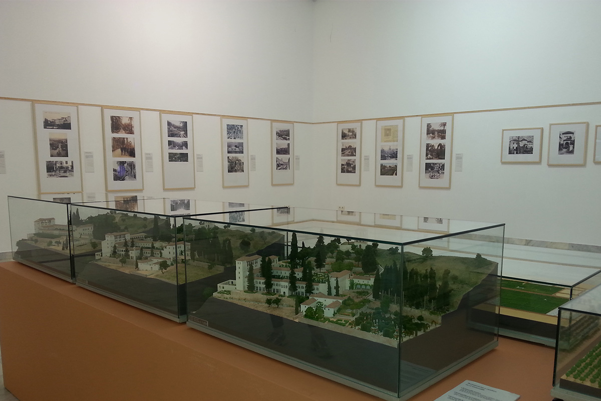 In the foreground, scale models showing the evolution ot the Generalife gardens. Royal Botanical Garden of Córdoba