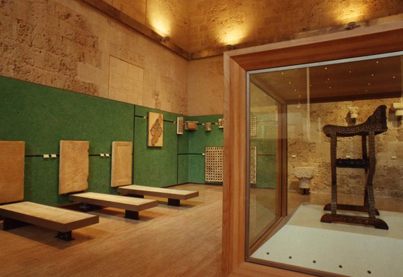A la izquierda Epitafios (losas sepulcrales del siglo XIV-XV)