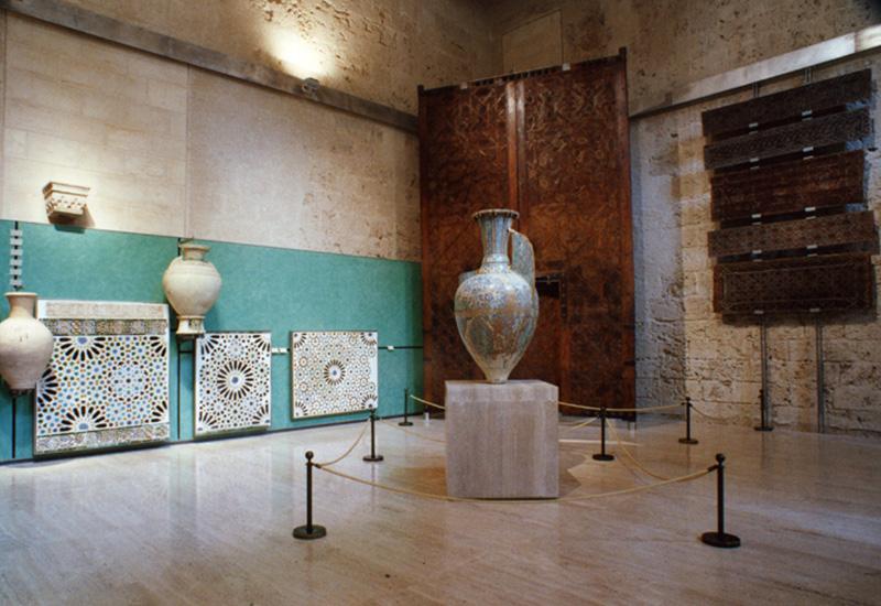 Jarrón de las Gacelas (siglo XIV), paneles de alicatado y tinajas del periodo nazarí