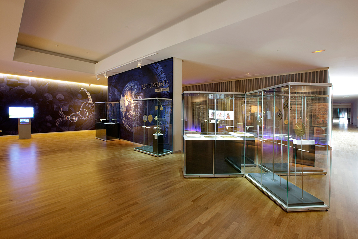Space dedicated to astronomy. Inside the showcases we could find a collection of astrolabes, solar quadrants, clepsydras, sundials...