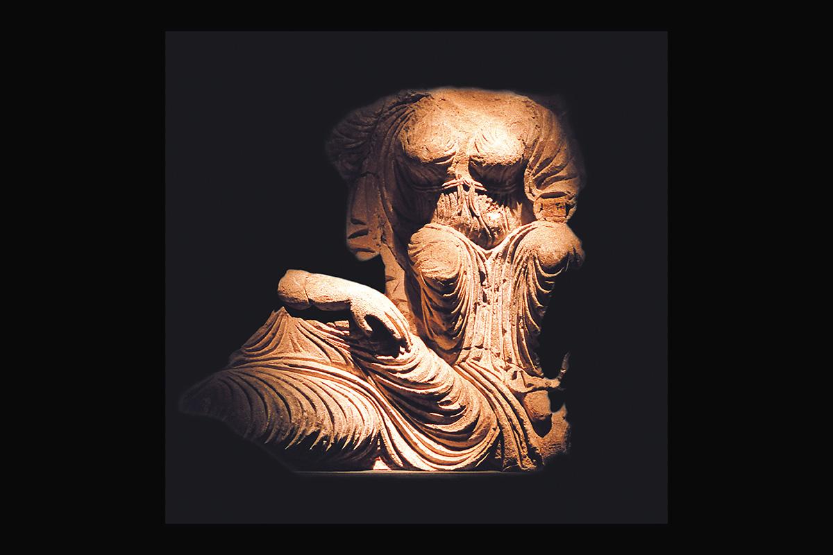 Figura escultórica Qasr al-Hayr al-Garbi (siglo VIII). Escena de altorrelieve que adornaba la fachada principal del palacio al-hayr al-Garbi (suroeste de Palmira, Siria)