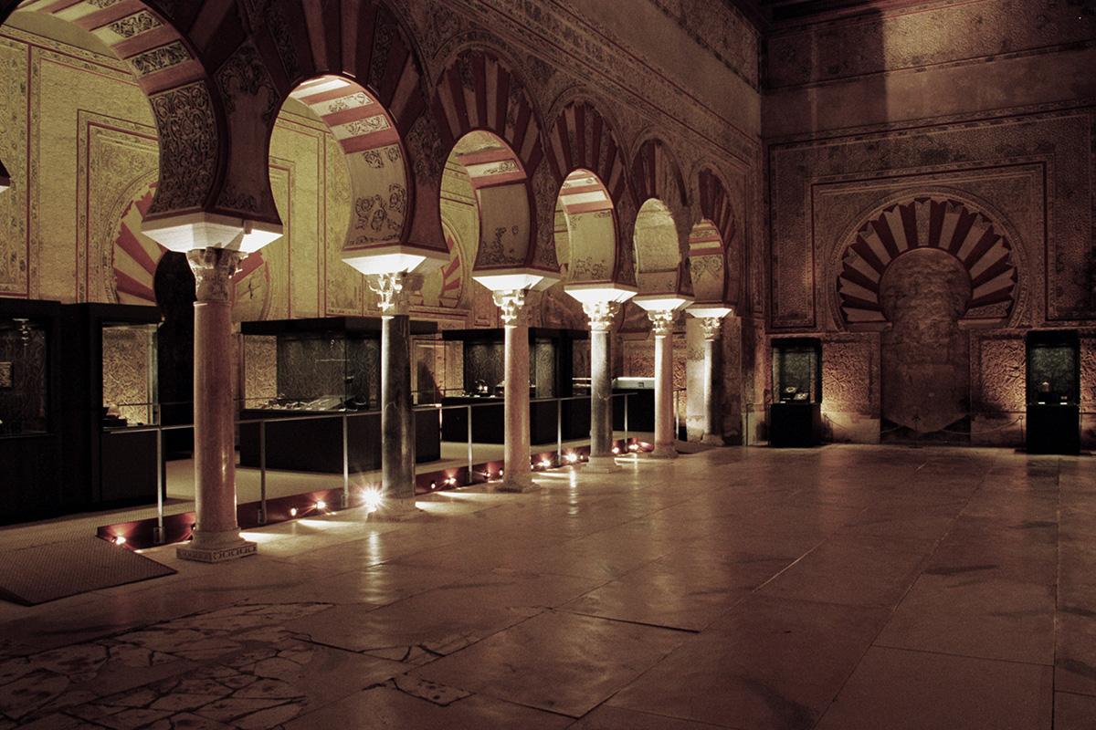 Salón de Abd al-Rahman III o Salón Rico de Madinat al-Zahra, espacio expositivo en la Exposición El esplendor de los Omeyas cordobeses.