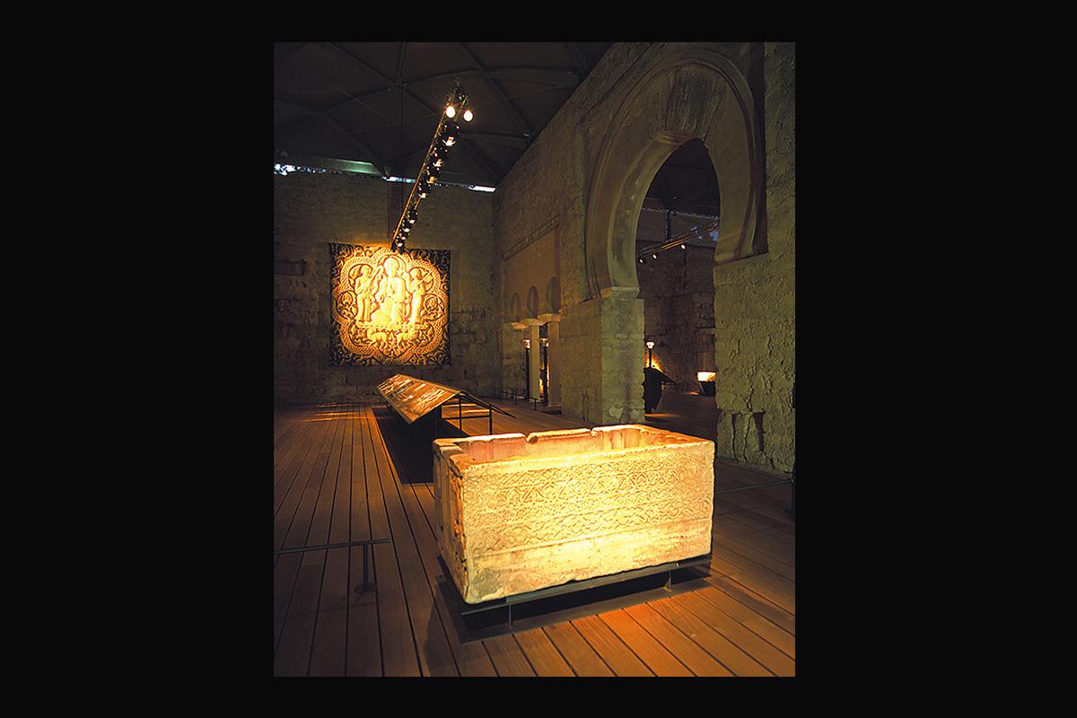 Montaje expositivo en el Edificio basilical superior de Madinat al-Zahra. En primer término Pila con el nombre de Abd al Malik (1002-1007). Es la más grande de las tres pilas de este tipo que han llegado hasta nosotros. La inscripción menciona al hijo de al-Mansur.