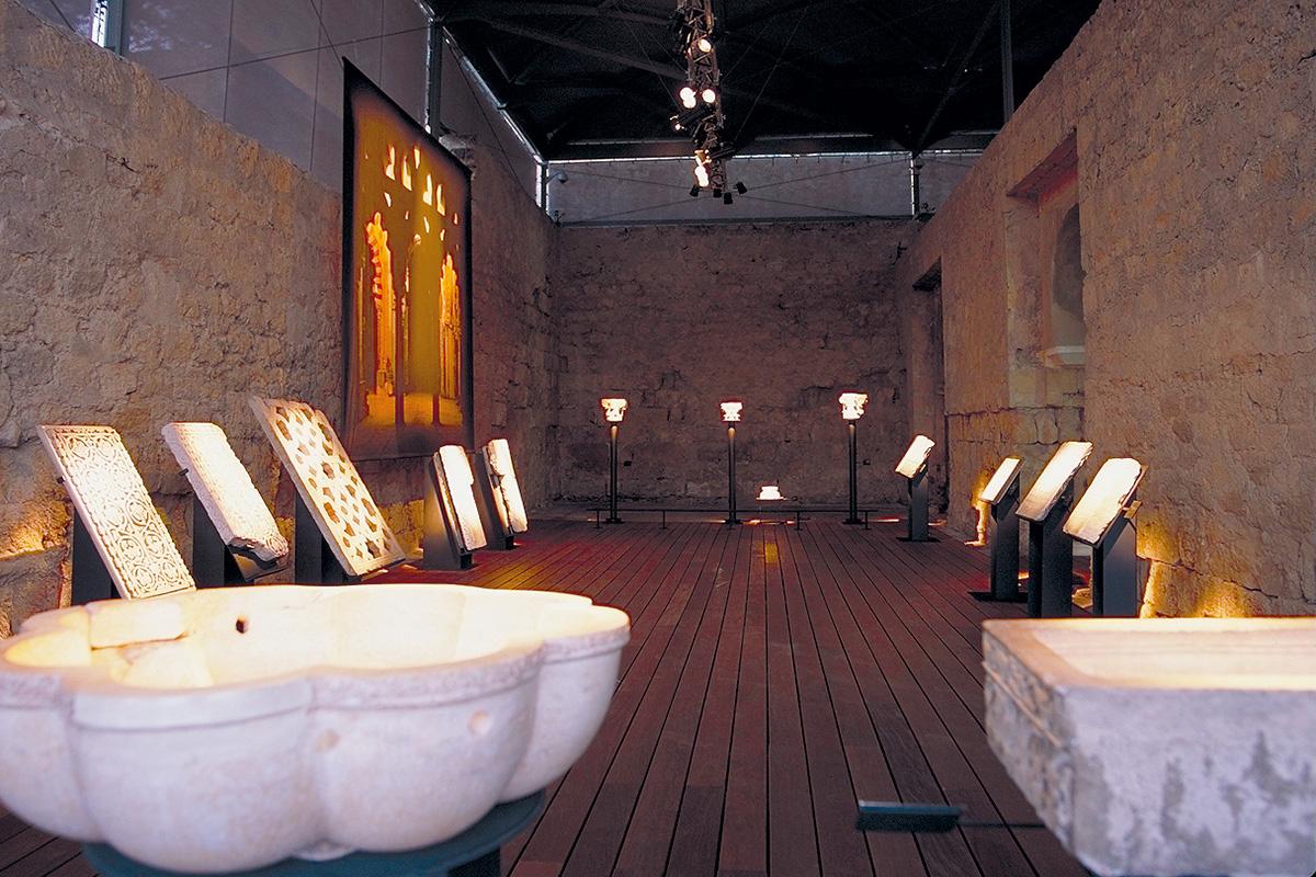 Presentación de capiteles, celosías o pilas de abluciones expuestas en la Exposición El esplendor de los Omeyas cordobeses.