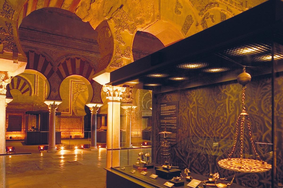 Entre las piezas expuestas en el Salón de Abd al-Rahman III candiles de piquera, un portacandil de bronce de Madinat Ilbira (siglo IX-X) o la Lámpara de platillo de la mezquita de Madinat Ilbira (siglo X)
