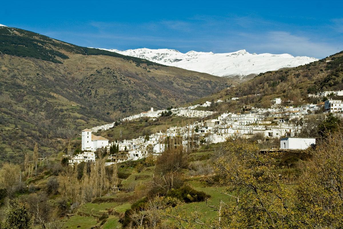 Barranco de Poqueira. En primer término Bubión, detrás a la izquierda Capileira y los picos de Sierra Nevada.