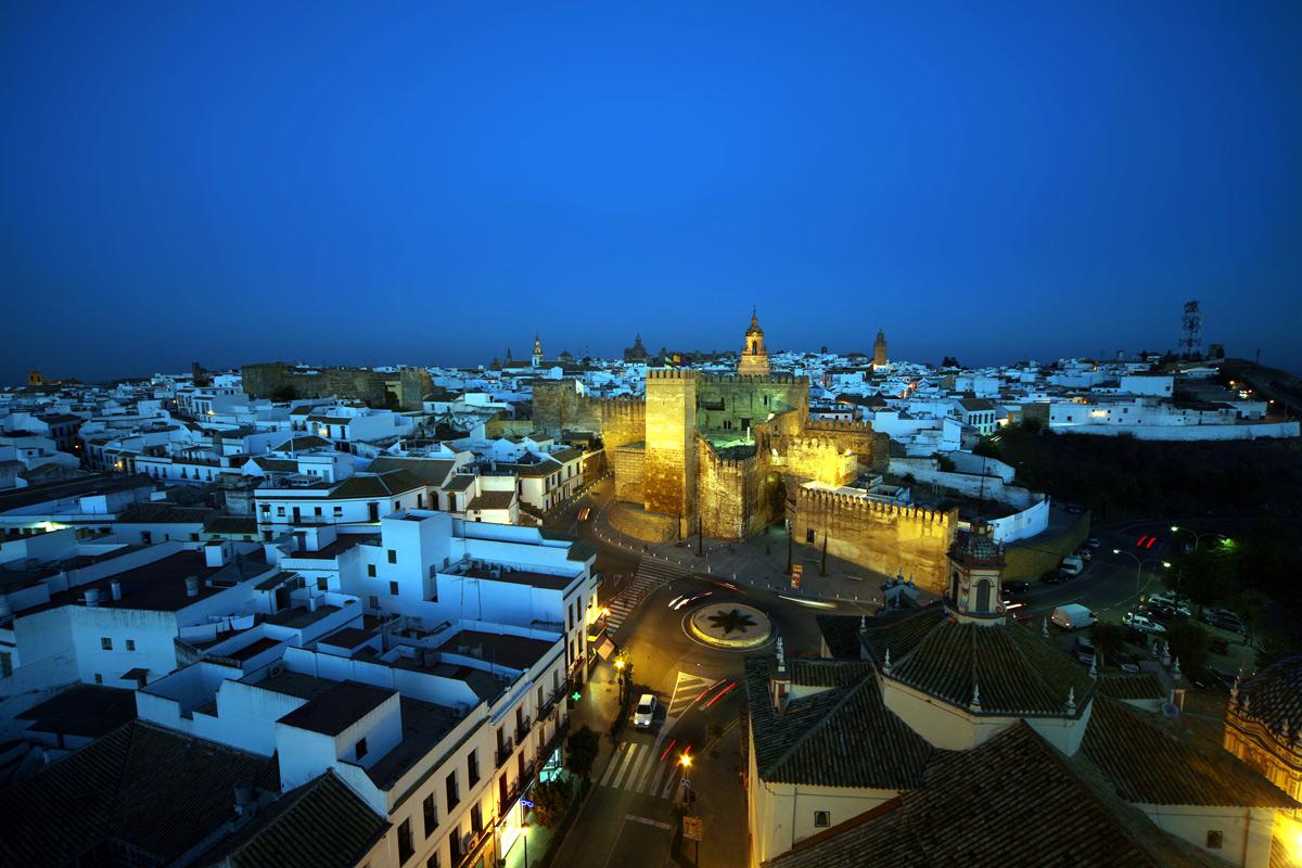 Vista del Alcázar de la Puerta de Sevilla y de la ciudad amurallada. Carmona. Sevilla.