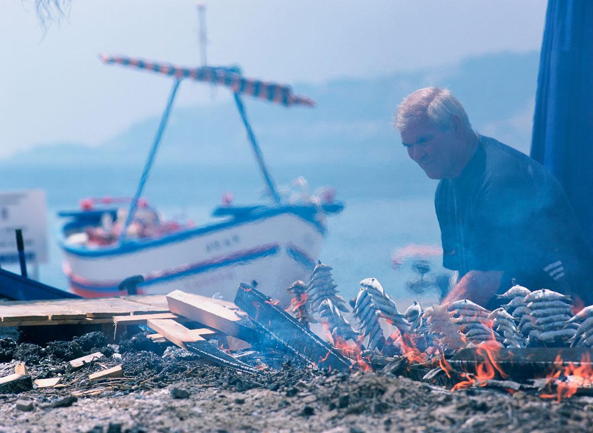 Asando sardinas y gambas en espeto. Costa de la provincia de Granada.