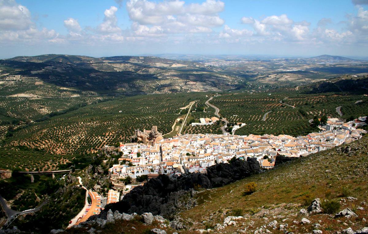 Vista general de Zuheros y al fondo Baena. Córdoba.