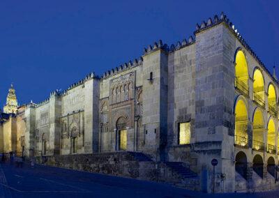 Una vista nocturna de la puerta oeste de la Mezquita Catedral de Córdoba