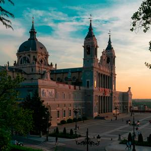 Vista de Toledo: en primer plano el Puente de Alcántara y el Alcázar al fondo.