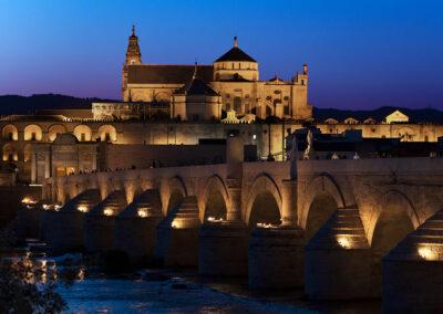 Vista de la Mezquita-Catedral de Córdoba desde el Puente Romano. ©Plataforma de Material Audiovisual de Turismo y Deporte de Andalucía.