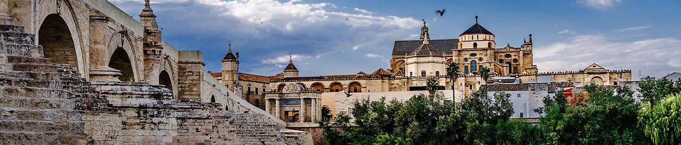 Vista de la Mezquita-Catedral de Córdoba desde el Puente Romano. ©Antonio Ruiz Guerrero.